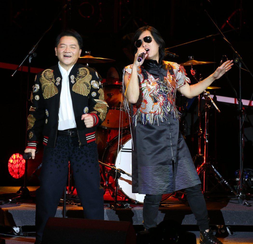 葉啟田(左)於台北國際會議中心舉辦「驀然回首」演唱會,邀請董事長樂團一同演唱墓仔...