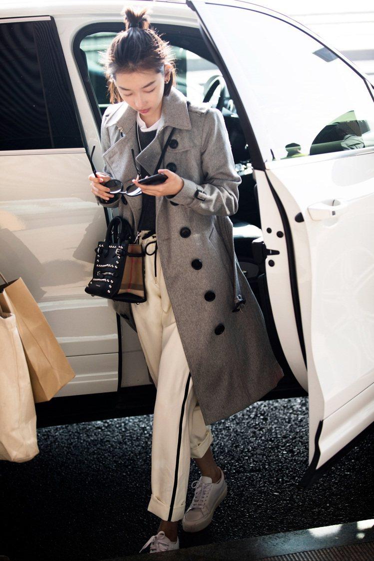 周冬雨穿修身剪材喀什米爾風衣92,000元、紋飾鈕扣喀什米爾套頭衫26,000元...