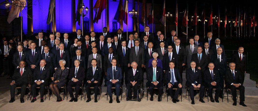 參加G20財長會議的各國財長和央行行長大合照。(歐新社)