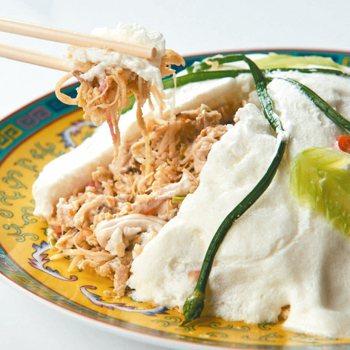利用蛋白打發的「白雪」覆蓋在食材上,是早期台菜的料理手法之一。 圖/福華大飯店提...