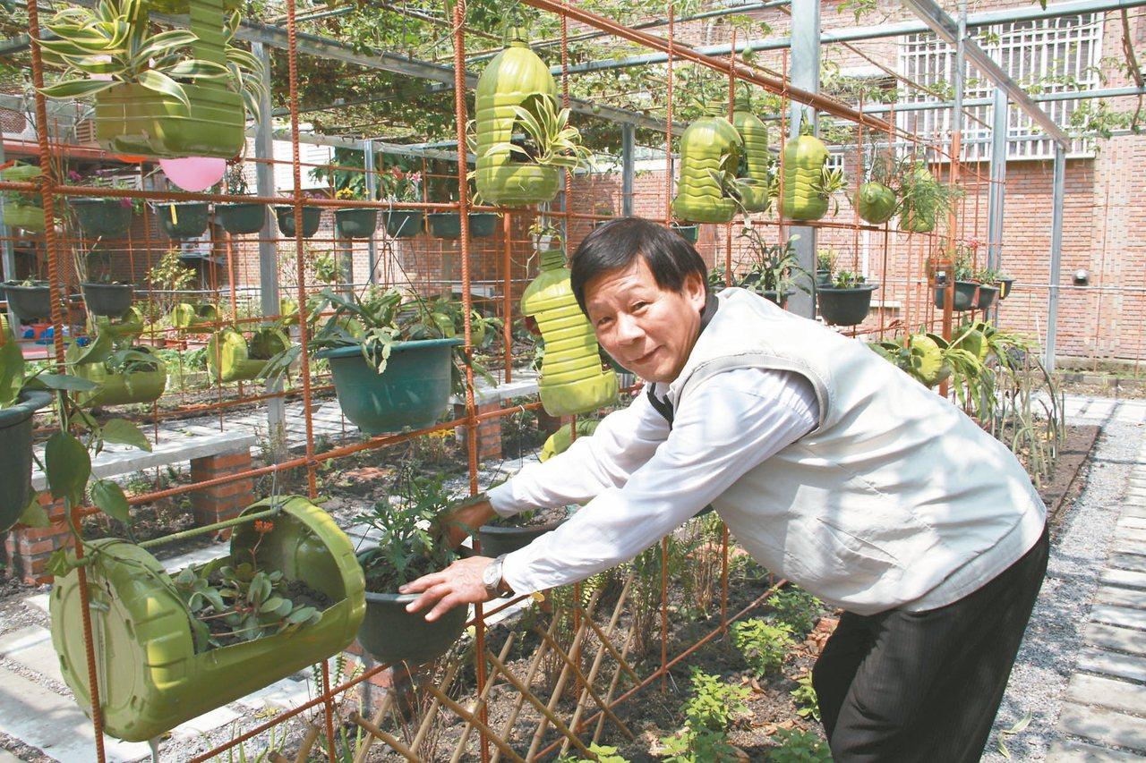 宜蘭縣思源社區昨天啟用「植物營行」,里長曾南國與志工們免費照顧盆栽。 記者羅建旺...