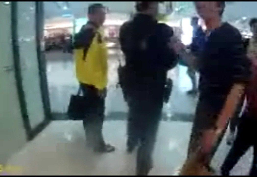李永得(穿黃衣者)穿牛仔褲,運動夾克,腳上穿著拖鞋。 圖/警方提供