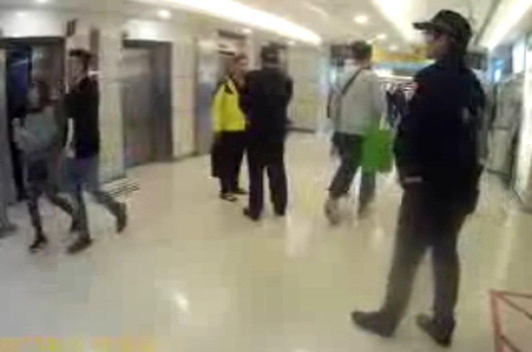 基層員警說,警方在公共場所得對合理懷疑有犯罪嫌疑者盤查,若外界過度苛責,恐打擊警...