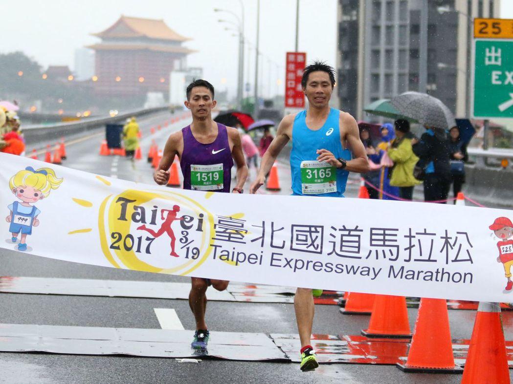「金門囝仔」何盡平以1小時12分35秒的成績勇奪2017台北國道馬拉松冠軍,世大...
