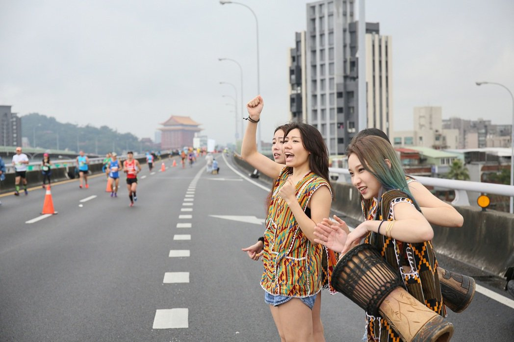 民俗風打扮的啦啦隊現身國道,為2017台北國道馬拉松選手們加油。(主辦單位提供)