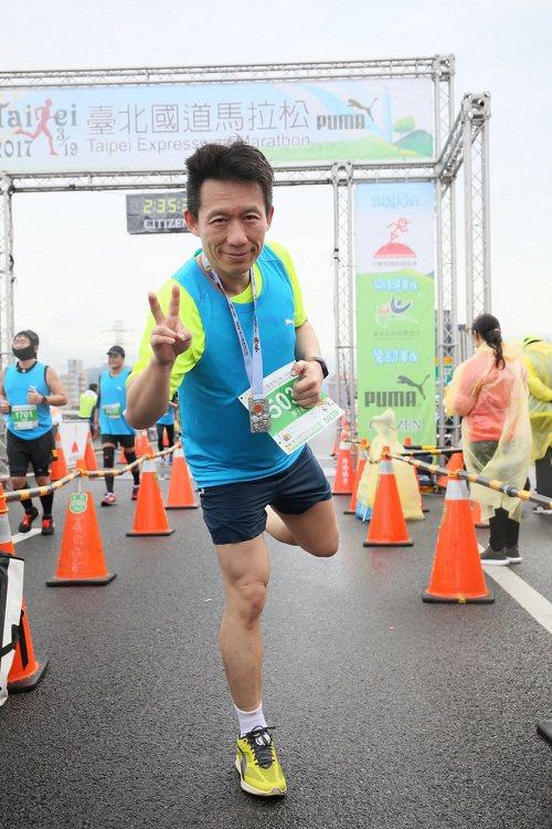 模仿天王郭子乾繼去年跑出個人半馬最佳成績後,今年再度挑戰台北國道馬拉松,面對逆風...