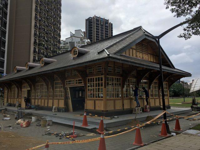 新北投車站去年7月重組,預計4月1日揭牌,周邊工程圍籬已經撤下。