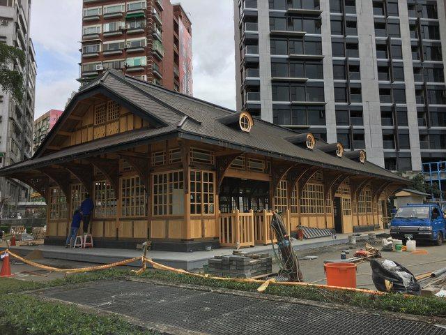 新北投車站去年7月重組,預計4月1日揭牌,周邊工程圍籬已經撤下,工作人員已進行周邊美化。