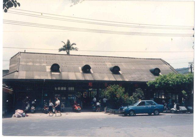 新北投車站1988年攝影的老照片,那年因捷運新北投站啟用而廢止。