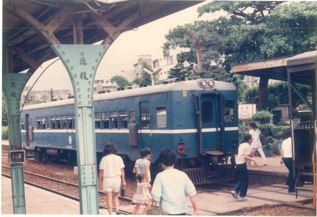 新北投車站1988年攝影的老照片,那一年剛好因捷運新北投站啟用而廢止。