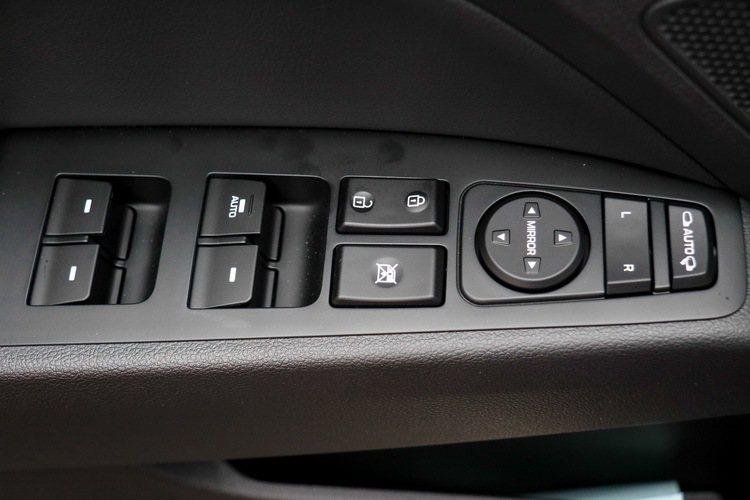 車窗控制按鍵。 記者史榮恩/攝影