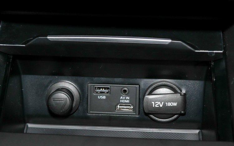 中控台下方以隔板隱藏著USB、AV IN及HDMI(此為搭配選配的8.5吋多媒體系統)。 記者史榮恩/攝影