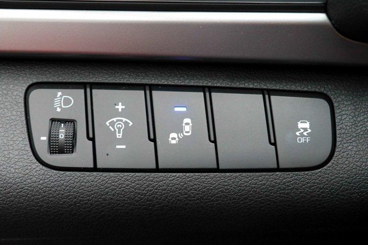 SUPER ELANTRA 2.0菁英版調整頭燈及安全系統按鍵。 記者史榮恩/攝影