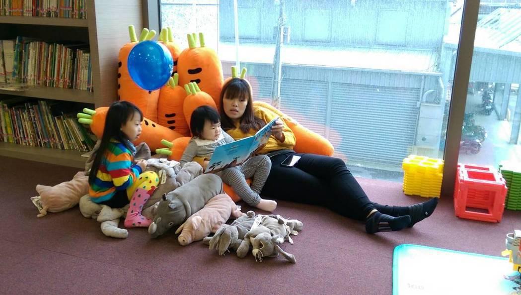 宜蘭悅川酒店的親子館,常有家長陪伴子女閱讀,有家的自在與悠閒。 記者戴永華/攝影