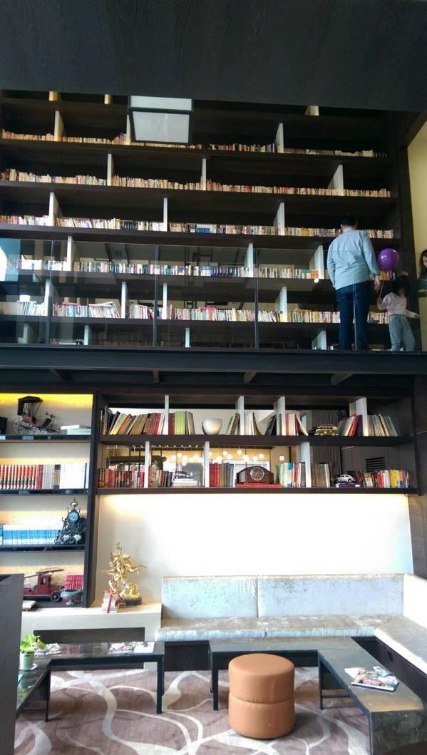 宜蘭悅川酒店大廳的8米高書牆,相當吸晴,房客可隨意挑書閱讀。 記者戴永華/攝影