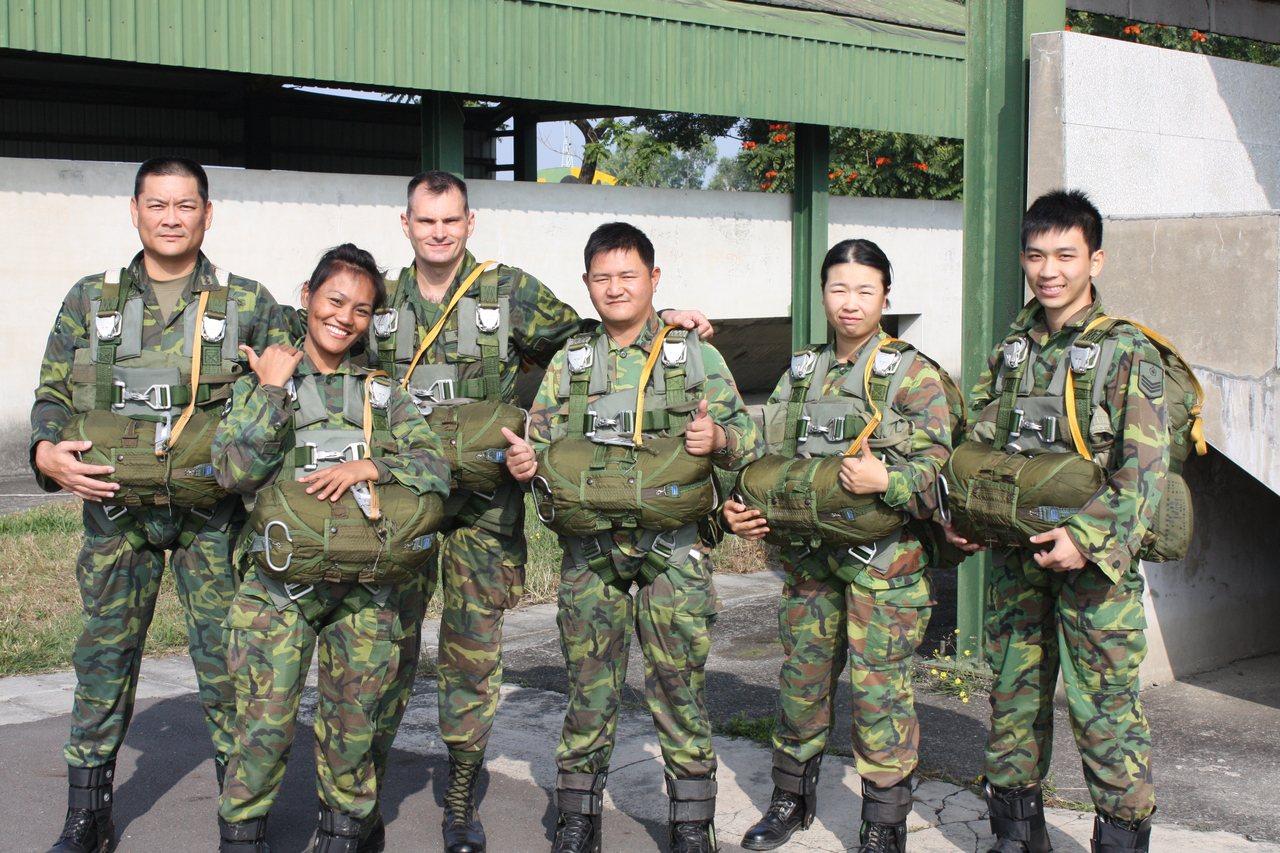 陳鷹(左三)駐台期間,與國軍部隊密切互動。陳鷹提供