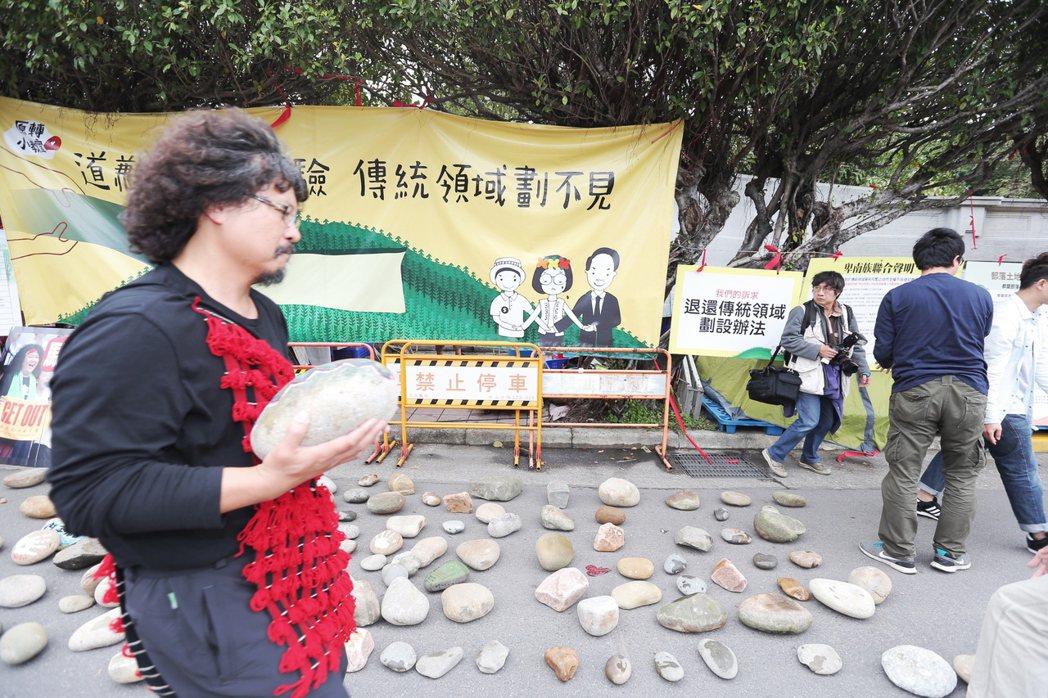 在凱道前紮營抗議的原民團體,下午號召一些藝術家,將彩繪後的石頭放置凱道上,象徵土...