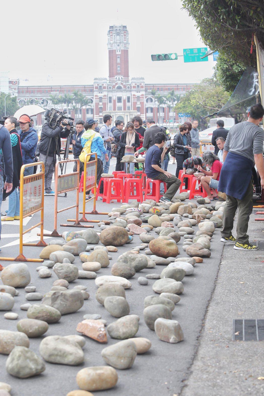 在凱道前紮營抗議的原民團體,今天下午號召一些藝術家,將彩繪後的石頭放置凱道上,象...