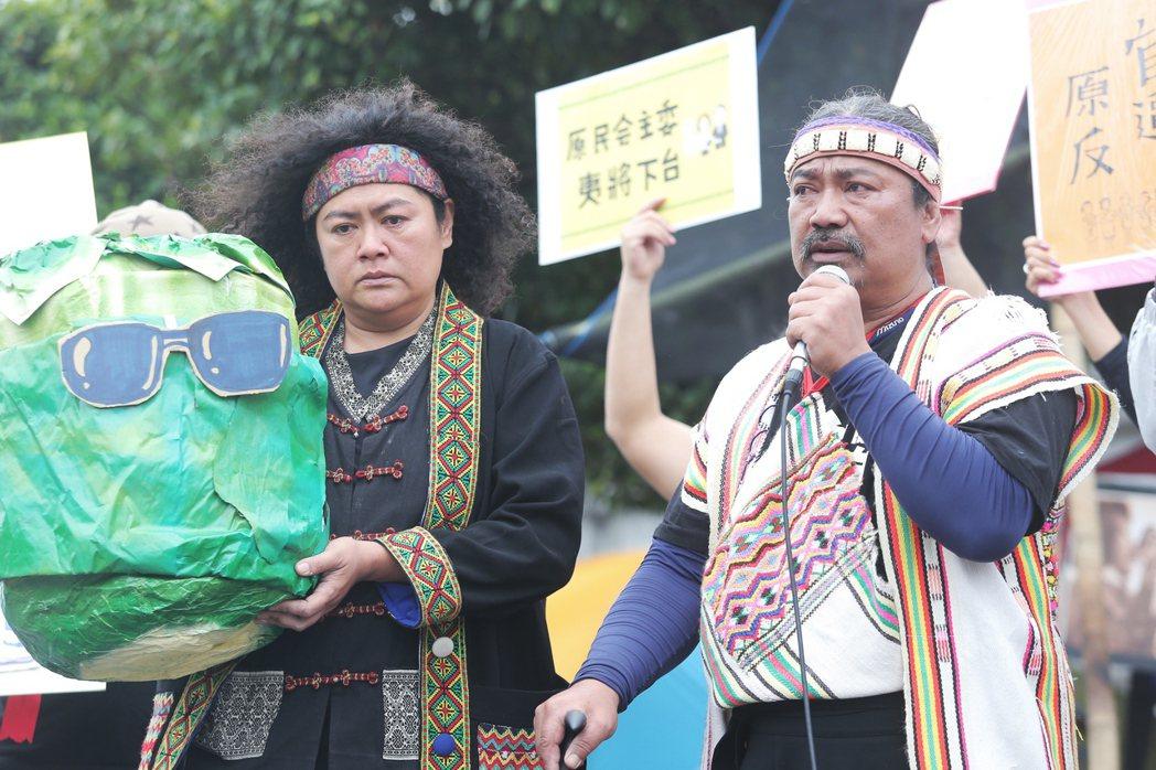 曾在蔡英文總統就職典禮演出的原民歌手巴奈(左),下午出席凱道上原民團體抗議的記者...