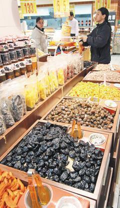 營養師表示,民眾常忽略隱藏版高鈉食物,例如用食鹽脫水、調味及防腐的蜜餞,即使吃起...