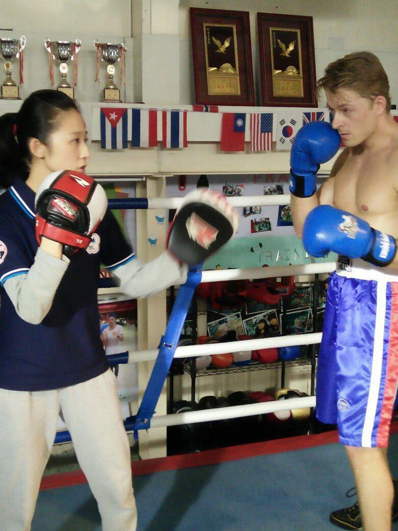 法比歐(右)和拳擊國手周思思PK拳技。圖/品牌文化創意提供