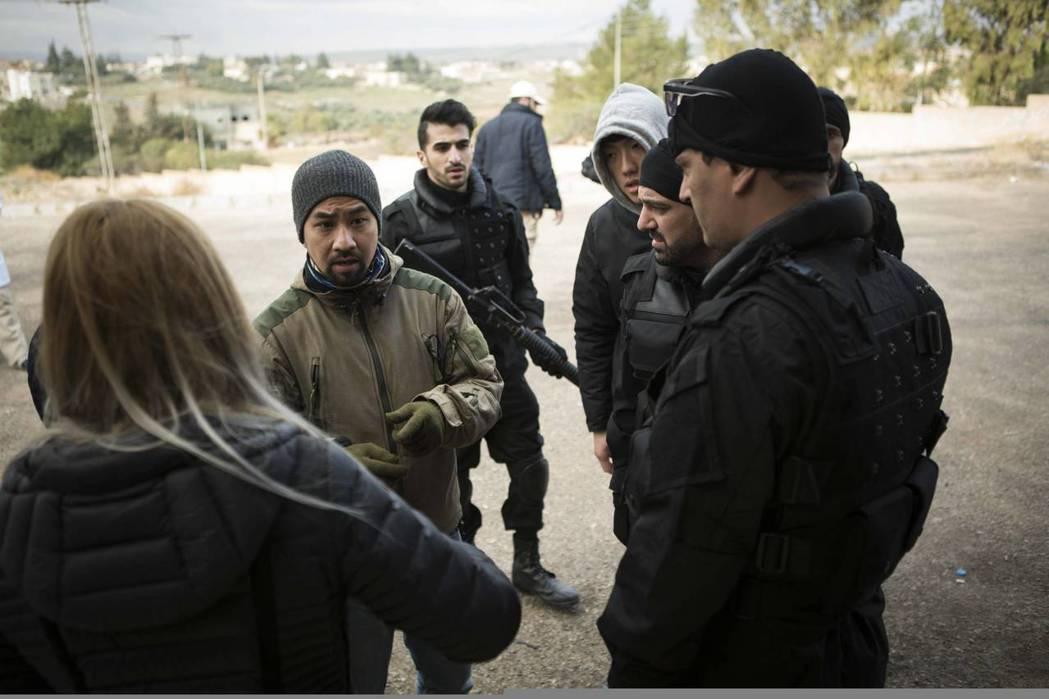黃健瑋赴約旦拍攝「麻醉風暴2」。圖/公視提供