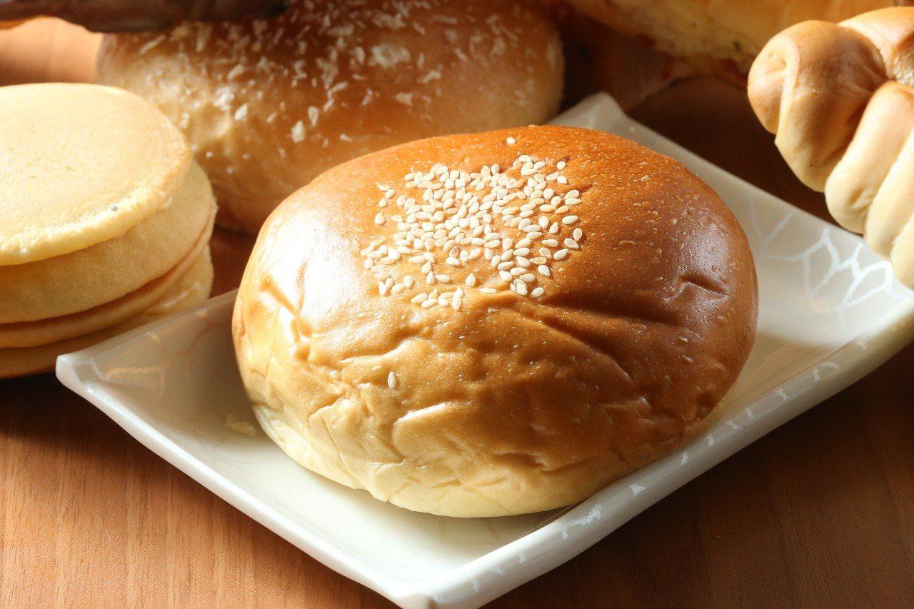 萊爾富栗子紅豆麵包內含新鮮碎栗仁,細緻綿密。記者陳立凱/攝影