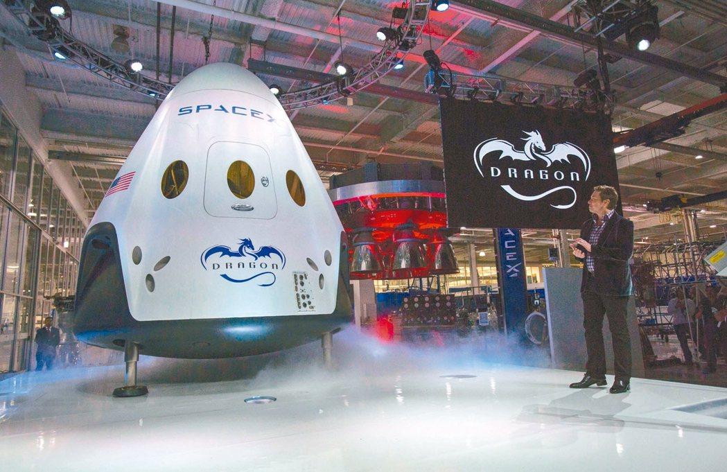 SpaceX執行長穆斯克介紹飛龍2號太空船。 路透