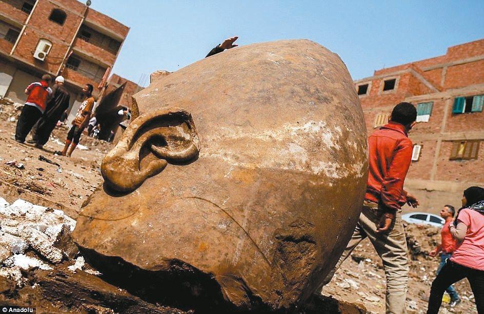 雕像頭部的部分石塊。 英國每日郵報網站