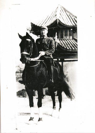 民國27年底,白崇禧將軍攝於桂林八桂亭前。將軍善騎,座下是愛駒「烏雲蓋雪」。 圖...