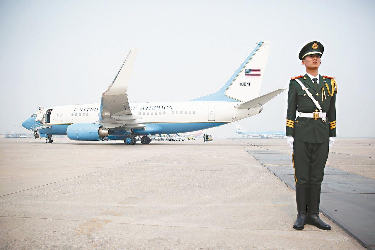 美國國務卿提勒森十九日從北京搭機回美,圖為一名大陸武警在提勒森座機前站崗。 美聯...