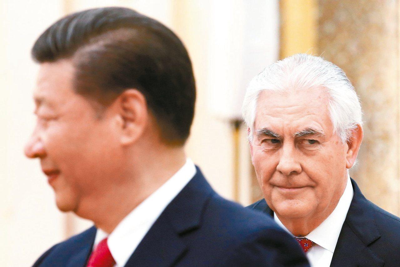 中國大陸國家主席習近平(左)十九日在北京人民大會堂會晤來訪的美國國務卿提勒森(右...