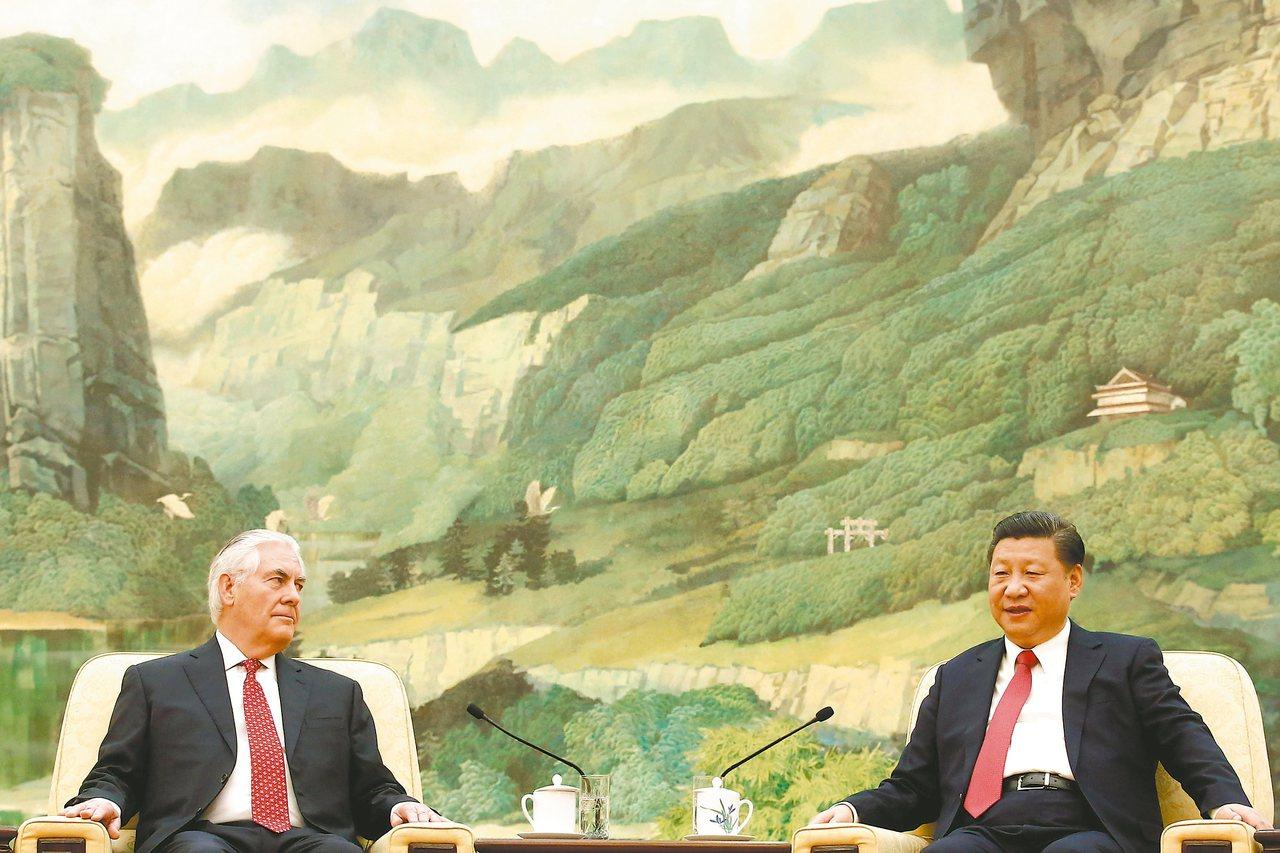大陸國家主席習近平(右)十九日在北京人民大會堂會見美國國務卿提勒森(左)。 路透