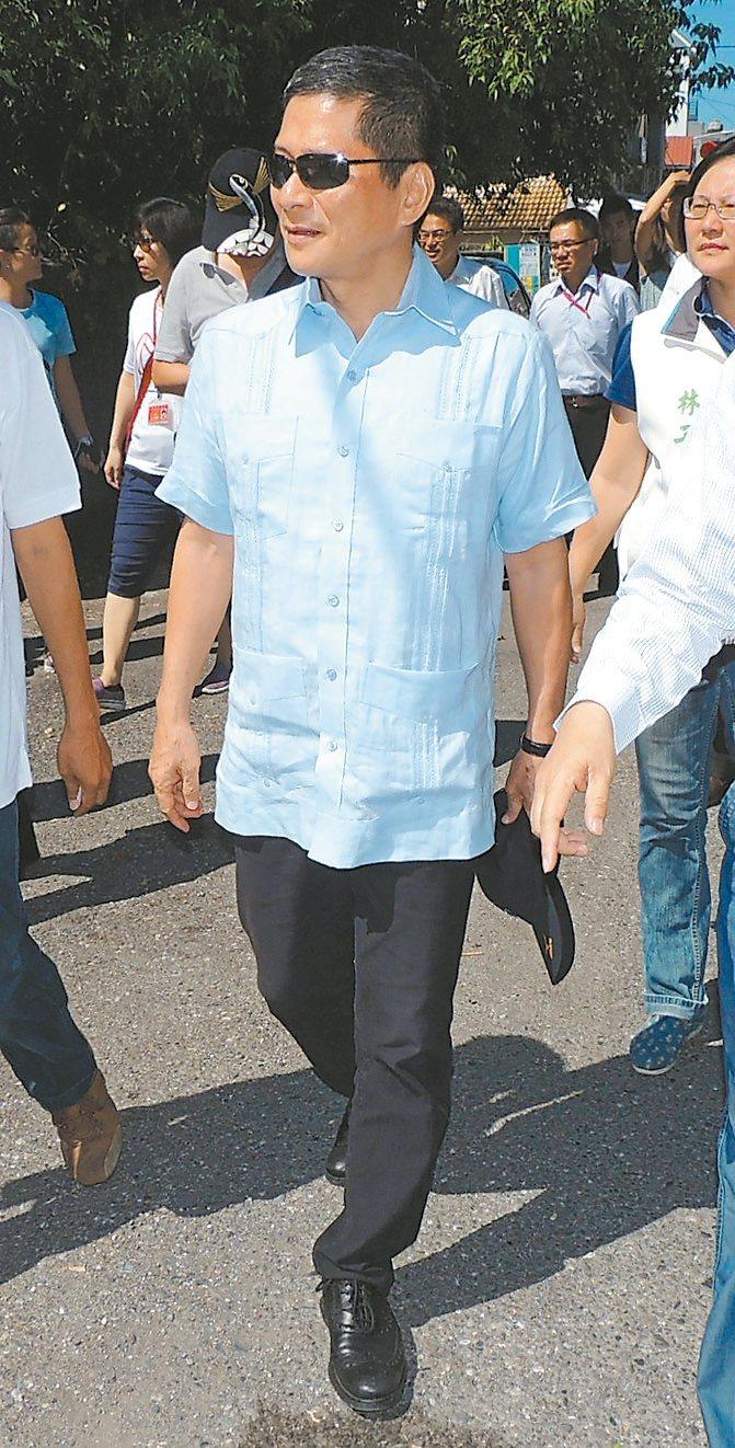 客委會主委李永得年輕時曾蓄長髮被警察強制剪髮,但步入政壇後多半是短髮示人。 本報...