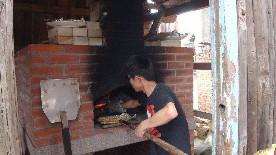 柴林腳有一座窯爐可自製披薩。 記者謝恩得/攝影
