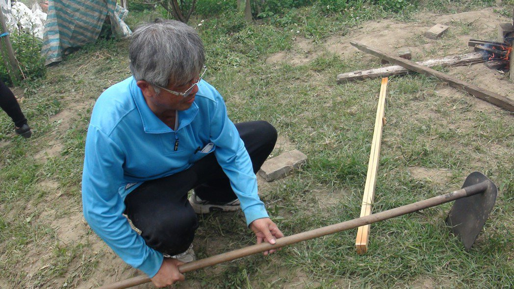 王崑成教大學生注意農具擺放方式,銳利處朝下,以免被誤踩或倒打割傷。 記者謝恩得/...