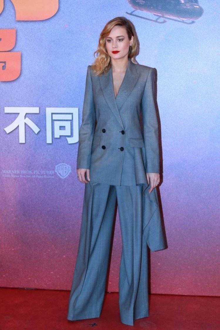 奧斯卡影后布麗拉森穿著Alexander McQueen 2017秋冬系列的西裝...