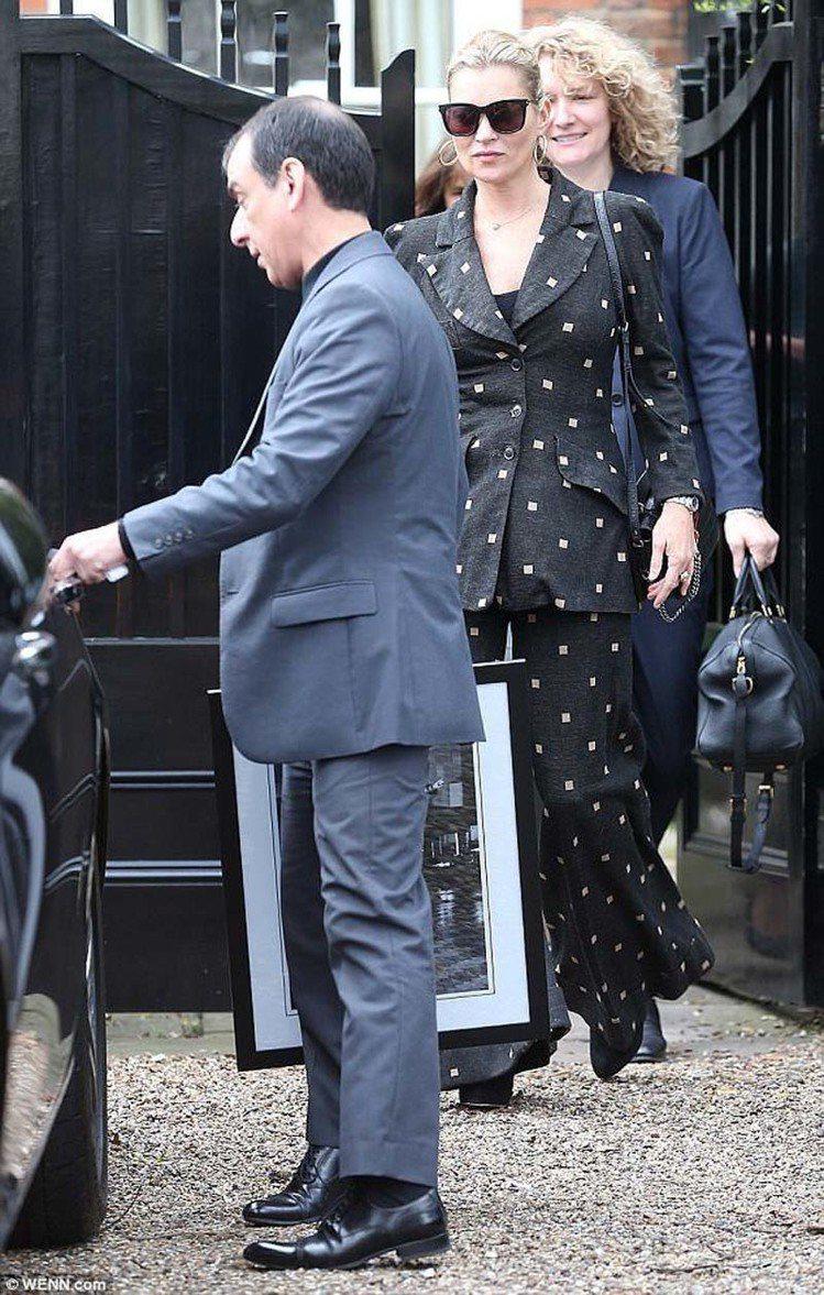 超模凱特摩絲則是選擇輕薄的黑色印花寬褲西裝,搭配短靴,從頭到腳都復古。圖/摘自英...