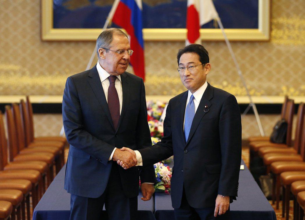 日本外相岸田文雄(右)將與俄羅斯外長拉夫羅夫(左)展開會談。美聯社