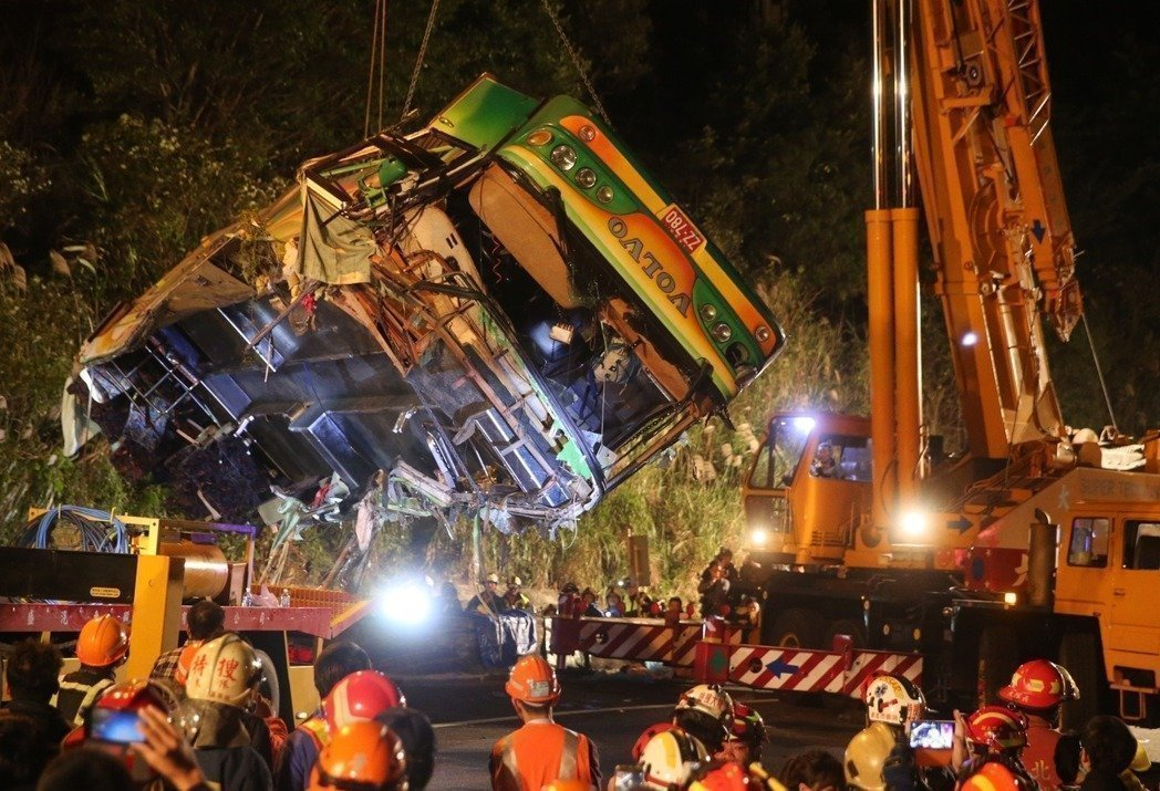 蝶戀花旅行社翻覆的賞櫻遊覽車,車頂部分全毀。圖╱報系資料照