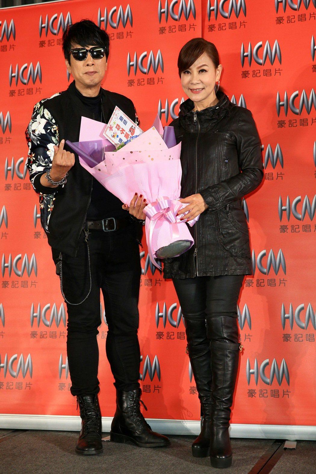 龍千玉(右)下午舉行新專輯「你不孤單」發片記者會,曹西平(左)現身獻花。記者林伯...