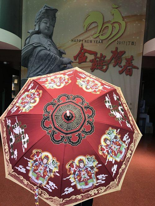 慶安宮推出媽祖傘,遊行隊伍一起開傘,十分吸睛。 記者吳淑君/攝影