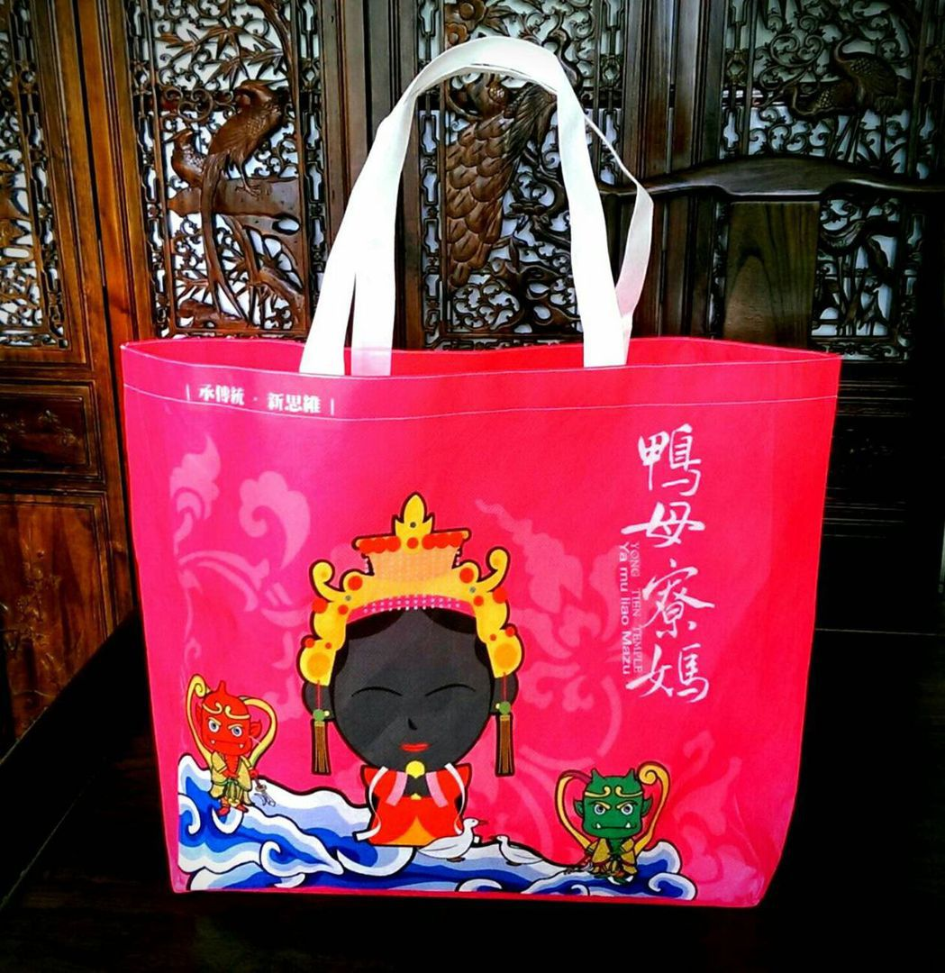 台中梧棲永天宮設計的黑面媽祖LOGO手提包。 圖/王志誠提供