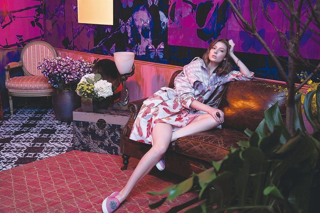模特兒穿著結合運動元素與印花DNA的春夏最新服飾,自信地走向伸展台,這是華裔設計...