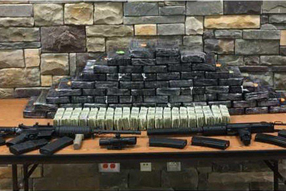 美國喬治亞州警方日前在一名中學女教師住處,查獲市價600萬美元的毒品,以及大批槍...