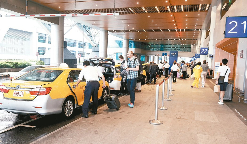 機場計程車接待旅客的服務非常重要,桃園機場公司規定所有排班計程車5月起須加裝信用...