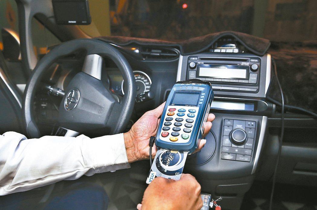 桃園機場公司規定所有排班計程車5月起須加裝信用卡刷卡機。 圖/聯合報系資料照