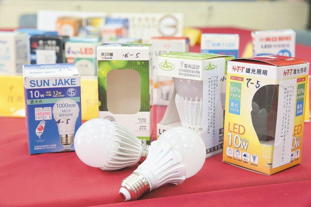 消基會針對市售21款LED燈泡進行隨機檢測。 記者陳立凱/攝影
