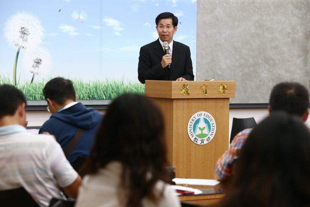 教育部長潘文忠上任首場記者會振振有詞:「國民學習權取代國家教育權,以學生學習為主...