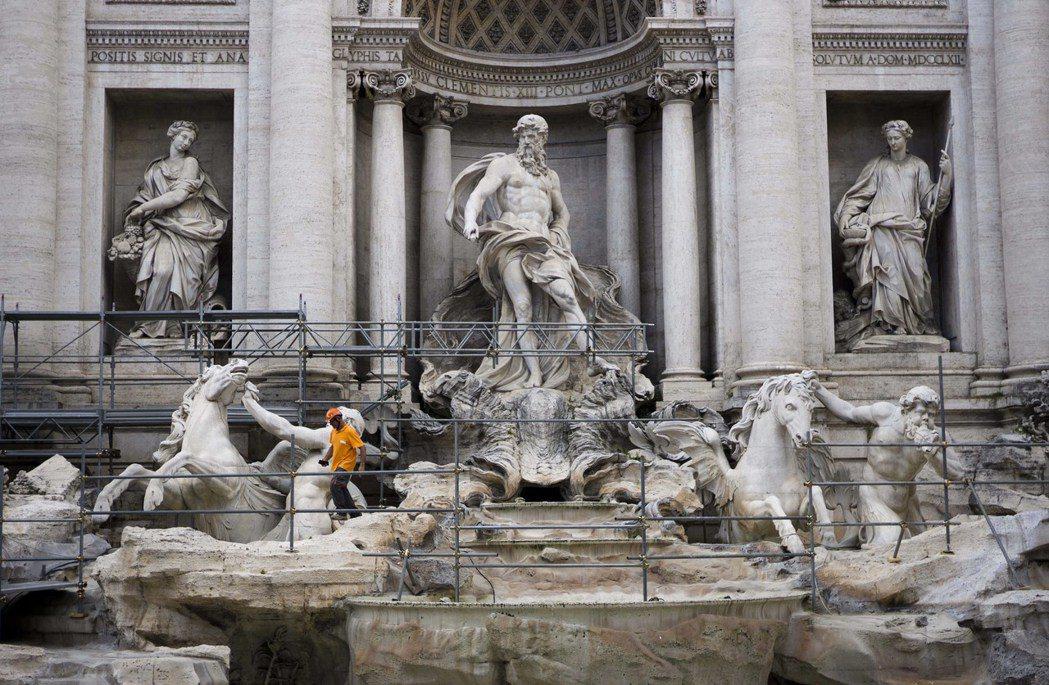 芬迪家族將修復完工的特雷維噴泉做為致贈羅馬的禮物,後來也在此處搭建了慶祝品牌90...